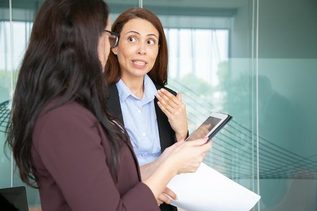 Professionelle geschäftsfrauen sprechen im konferenzraum