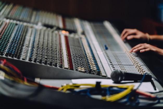 Professionelle hände in der nähe des soundboards mischen sounds