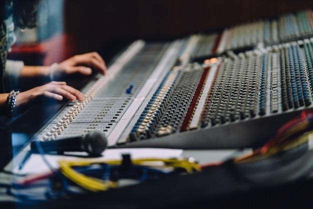 Professionelle hände in der nähe soundboard