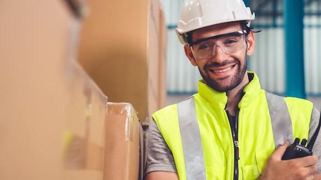Professionelle industriearbeiter schließen porträt in der fabrik oder im lager. produktionslinienbetreiber oder engineering