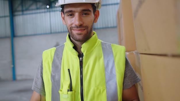 Professionelle industriearbeiter schließen porträt in der fabrik oder im lager. produktionslinienbetreiber oder ingenieur, der kamera betrachtet.
