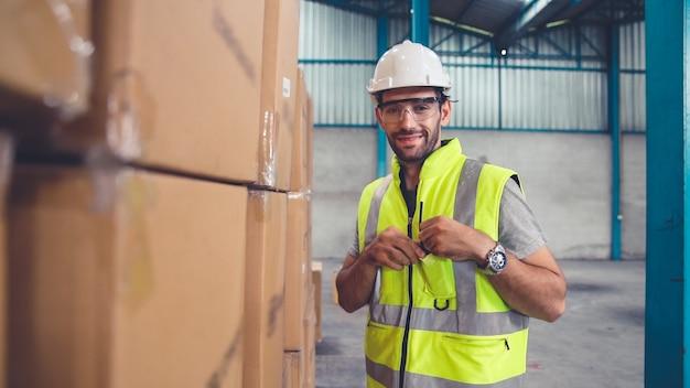 Professionelle industriearbeiter schließen porträt in der fabrik oder im lager