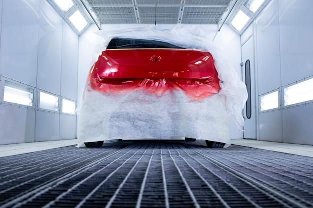 Professionelle innenausstattung der lackierkammer und trocknen von frischem lack im auto.