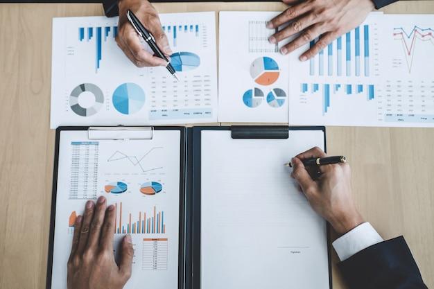 Professionelle investor arbeiten start-up-projekt für strategieplan mit dokument