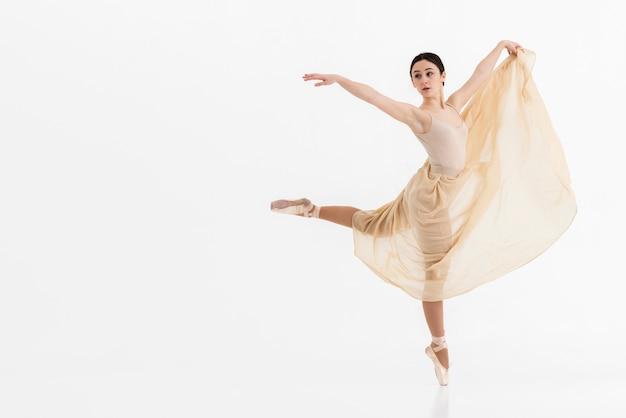 Professionelle junge ballerina, die mit anmut tanzt