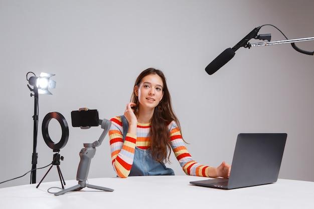Professionelle junge schöne frau streamer. live-übertragung. strom.