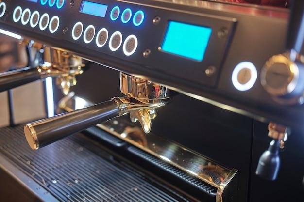 Professionelle kaffeemaschine für die zubereitung von espresso in einem café