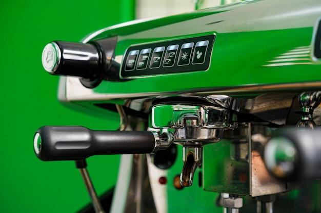 Professionelle kaffeemaschine im café