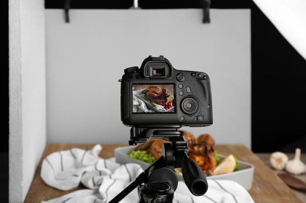 Professionelle kamera auf stativ beim food-fotografieren im studio