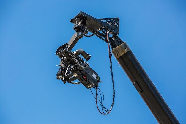 Professionelle kamera, die einen film bewegt