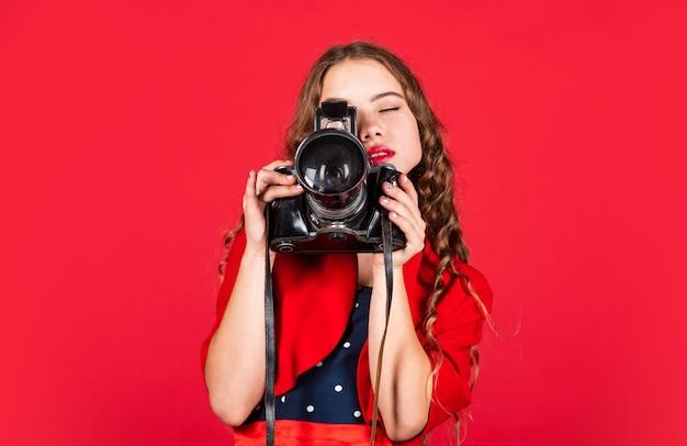 Professionelle kamera. mädchen mit retro-kamera. momente festhalten. spiegelreflexkamera. kurse für fotografen. ausbildung für reporter und journalisten. erfahren sie, wie sie voreinstellungen verwenden. bearbeiten von fotos. manuelle einstellungen.