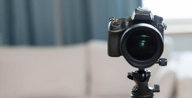 Professionelle kamera mit vorderansicht und kopierraum