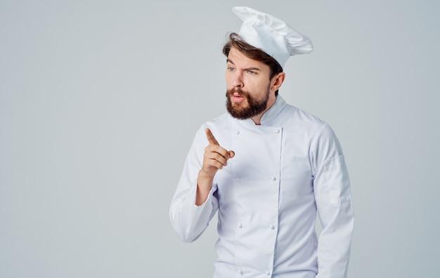 Professionelle köche in uniformen gestikulieren mit den händen auf eine helle vorderansicht