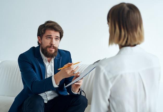 Professionelle kommunikation des männlichen psychologen mit der patientenmedizin
