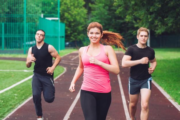 Professionelle läufer, die auf einer rennstrecke laufen.