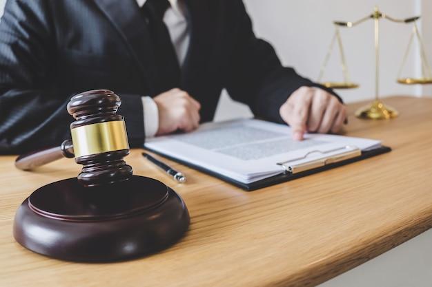 Professionelle männliche rechtsanwälte oder berater, die in einer kanzlei im amt arbeiten