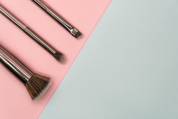 Professionelle make-up pinsel mit silbernem griff. konzept für schönheit und gesichtskosmetik