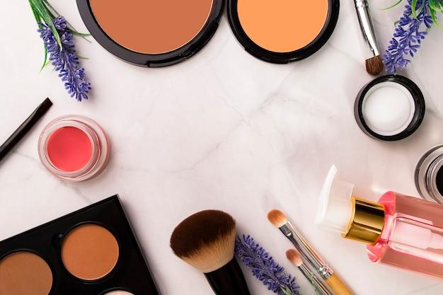 Professionelle make-up-produkte, kosmetik auf weißem hintergrund draufsicht mit platz für text, kopie mit satz von verschiedenen make-up-produkten