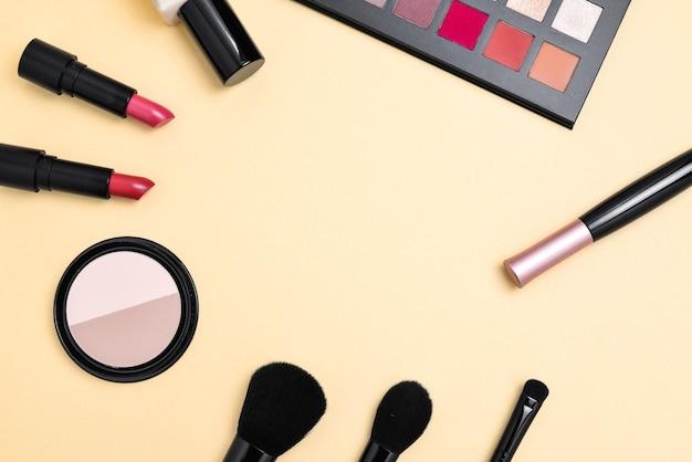 Professionelle make-up-produkte mit kosmetischen schönheitsprodukten und werkzeugen.