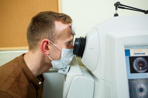 Professionelle medizinische geräte, die die augen des patienten scannen. das gerät einer modernen gesundheitsklinik.