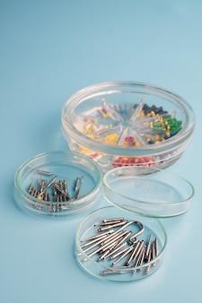 Professionelle medizinische zahnarztinstrumente auf blauem tisch.