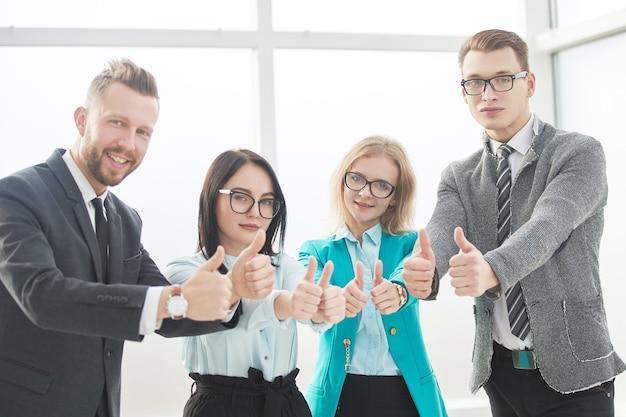 Professionelle mitarbeiter des unternehmens zeigen daumen hoch