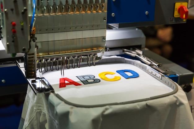 Professionelle nähmaschinen-stickbuchstaben