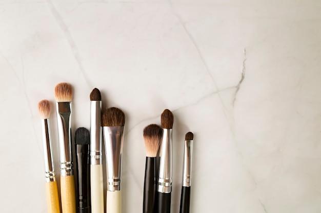 Professionelle pinsel zum auftragen von schatten und schattieren, mischen. augen makeup.
