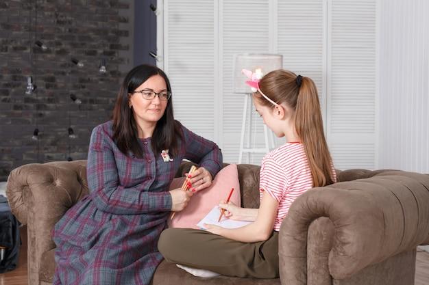 Professionelle psychologin mit einem teenager-mädchen