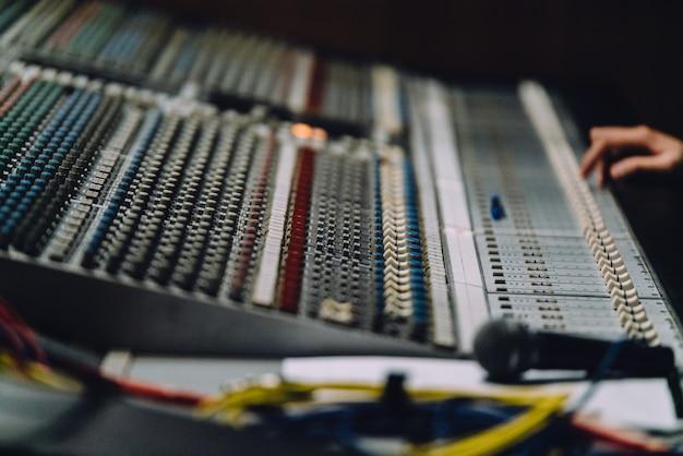Professionelle rechte hand in der nähe soundboard mischen sounds