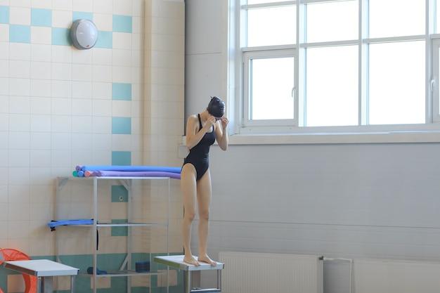 Professionelle schwimmerin in einer ausgangsposition.