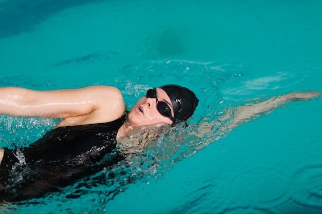 Professionelle schwimmerin schwimmen