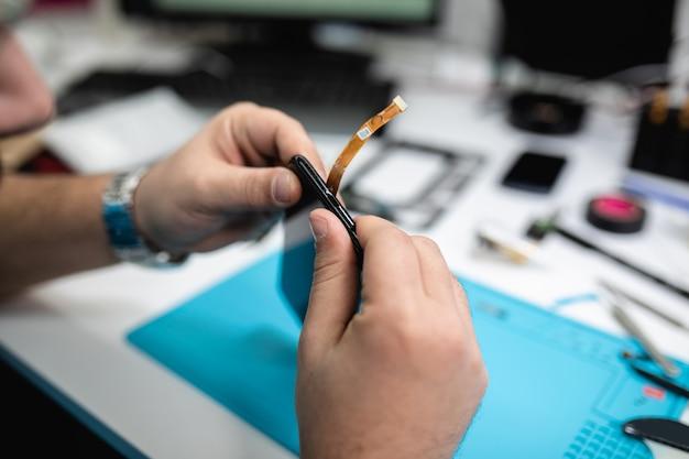 Professionelle smartphone-reparatur oder service. nahaufnahme. elektronik-konzept.