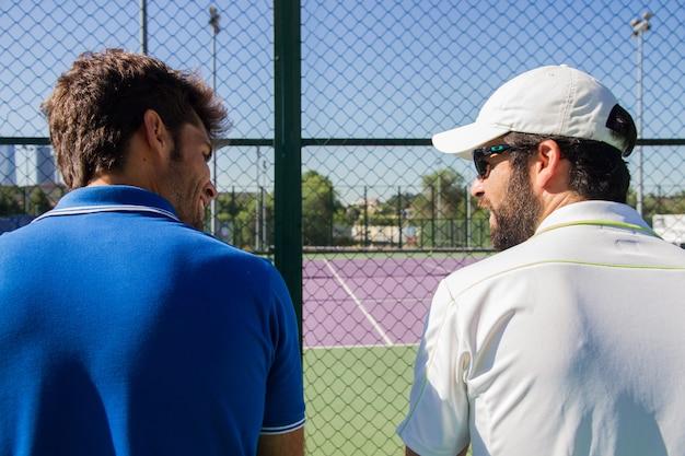 Professionelle tennisspieler, die sich nach einem spiel ausruhen und unterhalten