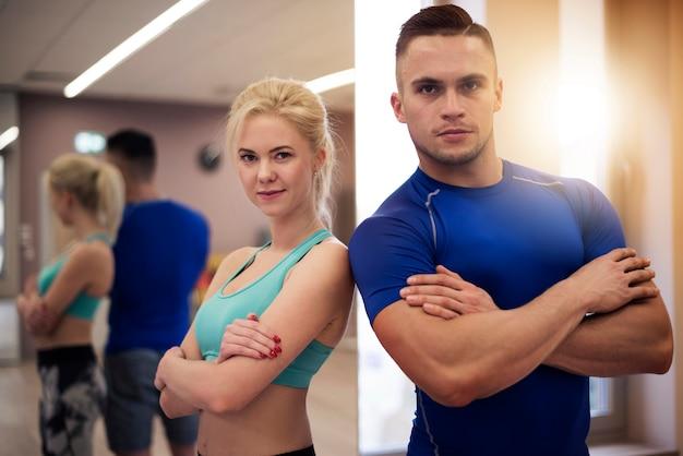Professionelle trainer im fitnessstudio