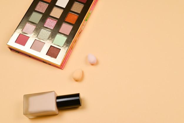 Professionelle trendige make-up-produkte mit kosmetischen schönheitsprodukten
