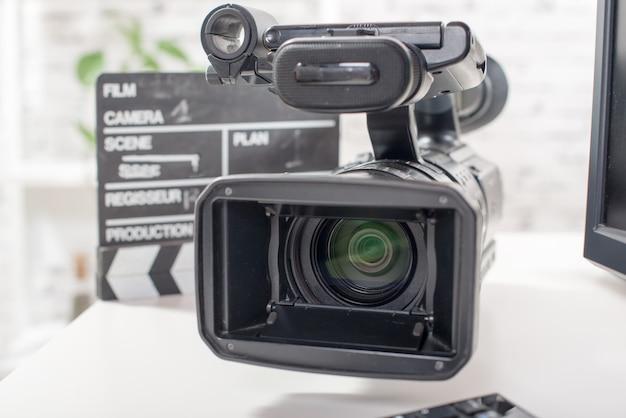 Professionelle videokamera mit einer filmklappe