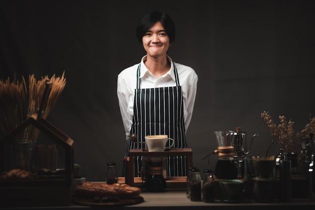 Professionelle weibliche barista lächelnd, porträt der jungen weiblichen kaffeemaschine im café