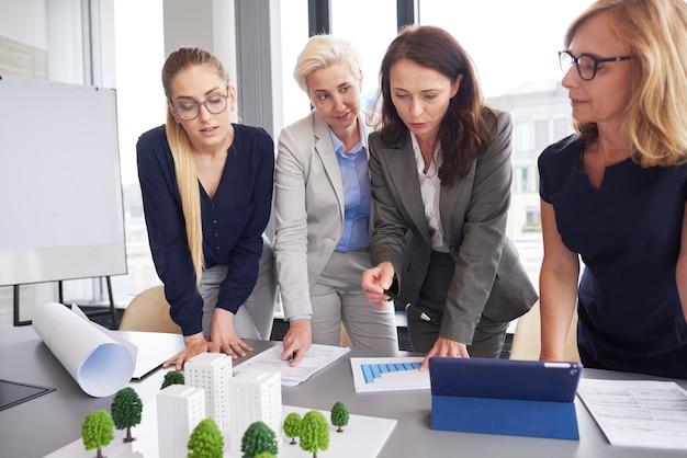 Professionelle weibliche mitarbeiter während des geschäftstreffens