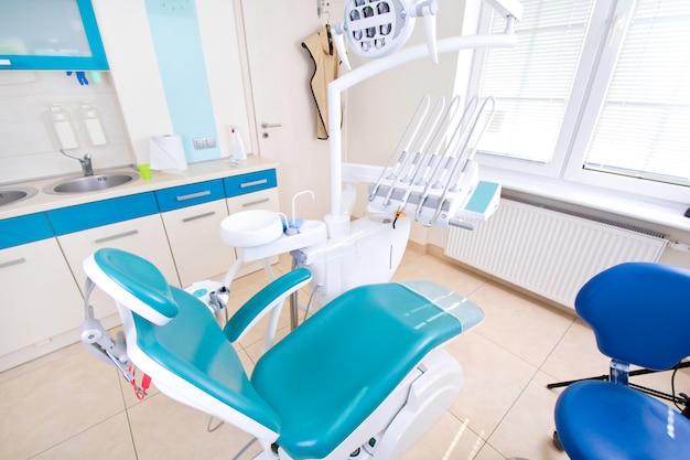 Professionelle zahnarztwerkzeuge in der zahnarztpraxis.