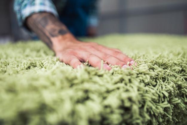 Professioneller arbeiter, der seine arbeit beim teppichwaschservice verrichtet.