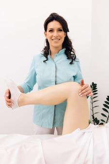 Professioneller arzt in moderner rehabilitationsklinik rehabilitation nach verletzungen physiotherapeut