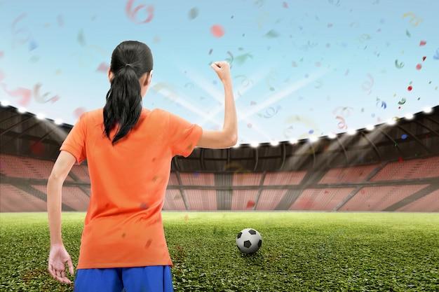 Professioneller asiatischer weiblicher fußballspieler feiern ihren sieg