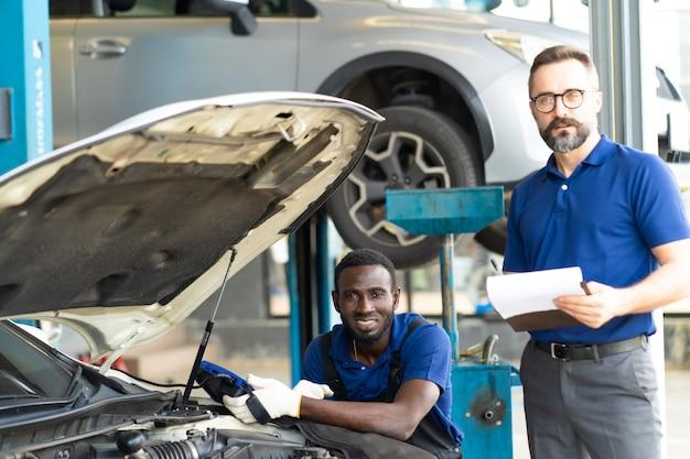 Professioneller automechaniker-reparaturservice und überprüfung des automotors durch diagnosesoftware-computer