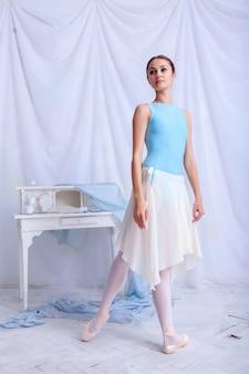 Professioneller balletttänzer, der auf weiß aufwirft