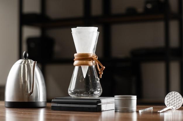 Professioneller barista-brühüberguss aus besten arabica-rostbohnen. alternative kaffeezubereitung. kaffee hintergrund tropfen. brühen übergießen stil der kaffeezubereitung tropft mit blasen.