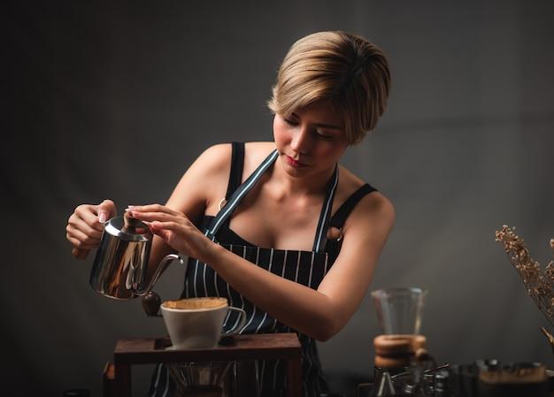 Professioneller barista, der kaffee zubereitet