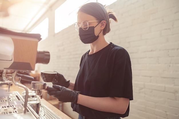 Professioneller barista, der kaffeeservice und catering zubereitet
