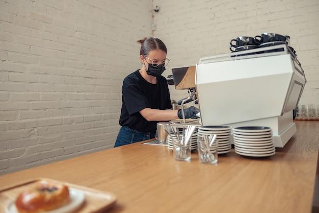 Professioneller barista, der latte im café zubereitet