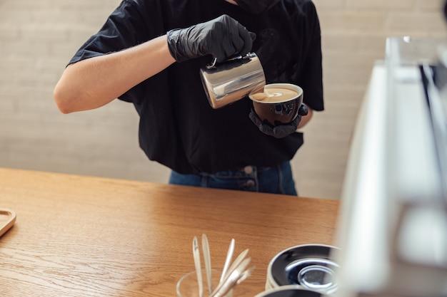 Professioneller barista macht frischen latte zum mitnehmen